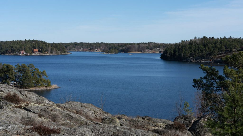 Sjötomt med privat läge 45 minuter från Stockholm