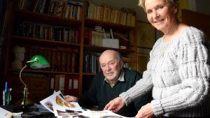 Un uomo e una donna guardano vecchie foto