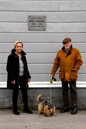 Una donna e un uomo sono accanto al muro di casa