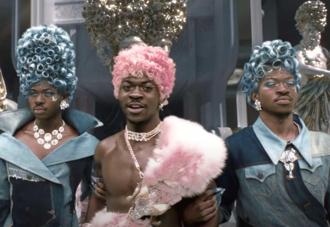 """Lil Nas X (al centro) ha suscitato forti reazioni con il suo video musicale """"Montero (chiamami con il tuo nome)""""."""