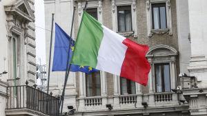 La bandiera italiana e la bandiera dell'Unione europea