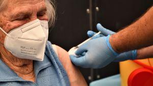 Un'anziana donna italiana riceve un'iniezione del vaccino Corona.