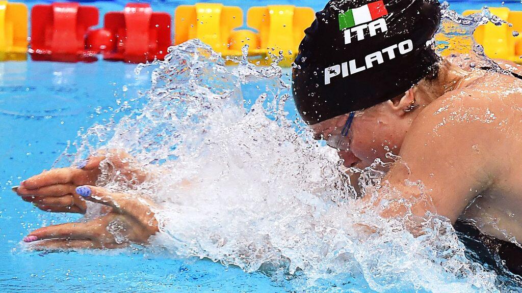 Sophie Hanson nuota per una nuova medaglia, ma la sedicenne è commossa