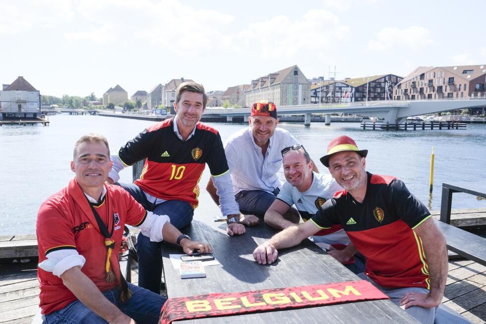 Alcuni tifosi belgi parteciperanno giovedì all'incontro del campionato europeo tra Danimarca e Belgio a Parken a Copenaghen.  Qui Cedric, Benoit, Vincent caricano.  Nicolas e Gil da Bruxelles nella capitale danese.
