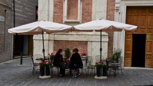 Lo storico Caffè Fabriano ha aperto un ristorante all'aperto dall'altra parte della strada per continuare la sua attività.