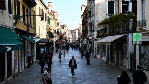 Destinazioni turistiche popolari come Venezia stanno accogliendo i turisti stranieri quest'estate mentre l'Italia si apre dolcemente.
