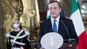 L'ex capo della Banca centrale europea, Mario Draghi, sta cercando di risolvere la crisi di governo in Italia.