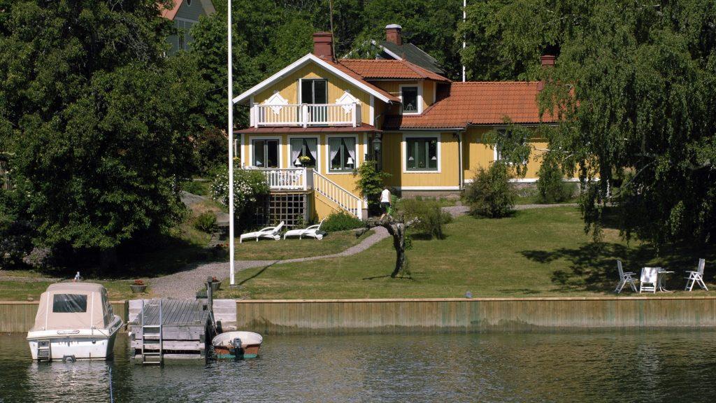 Hus vid sjö.