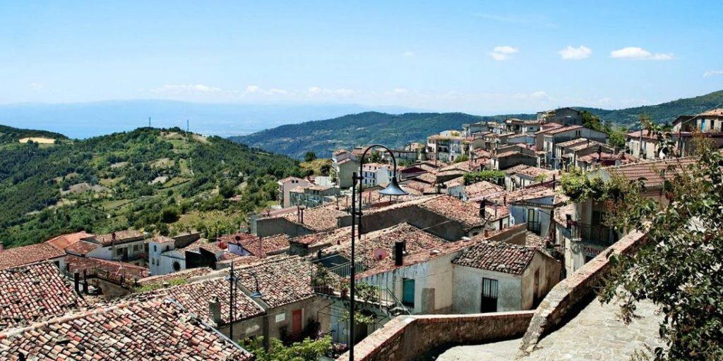 Opportunità unica: trasferirsi in un villaggio italiano e guadagnare denaro
