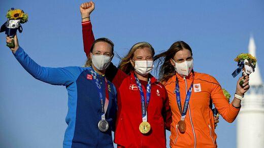 Anne-Marie Random ha dovuto salire in cima al podio con raggi laser.  Su entrambi i lati della Danimarca: Josephine Olsson, Svezia e Marit Baumeister, Paesi Bassi.