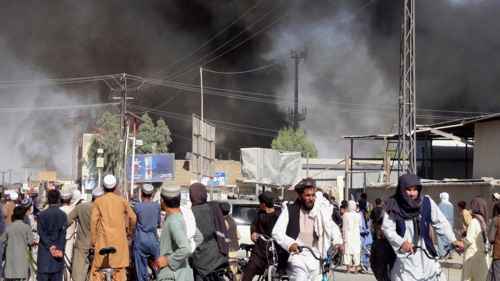 Stark rökutveckling efter strider i Kandahar förra veckan.  Bild: Sidqulla Khan/AP