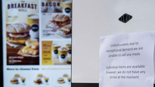 McDonald's ha rimosso i milkshake dal loro menu nel Regno Unito, e in questo ristorante dell'East London lo sono anche tutte le altre bevande, a causa della mancanza di mezzi di trasporto che a sua volta è dovuta alla carenza di camionisti.