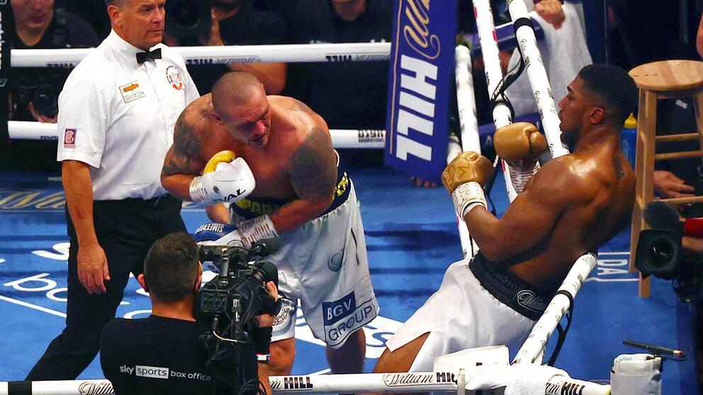 Oleksandr Usyk è andato vicino all'espulsione di Anthony Joshua nel round finale.